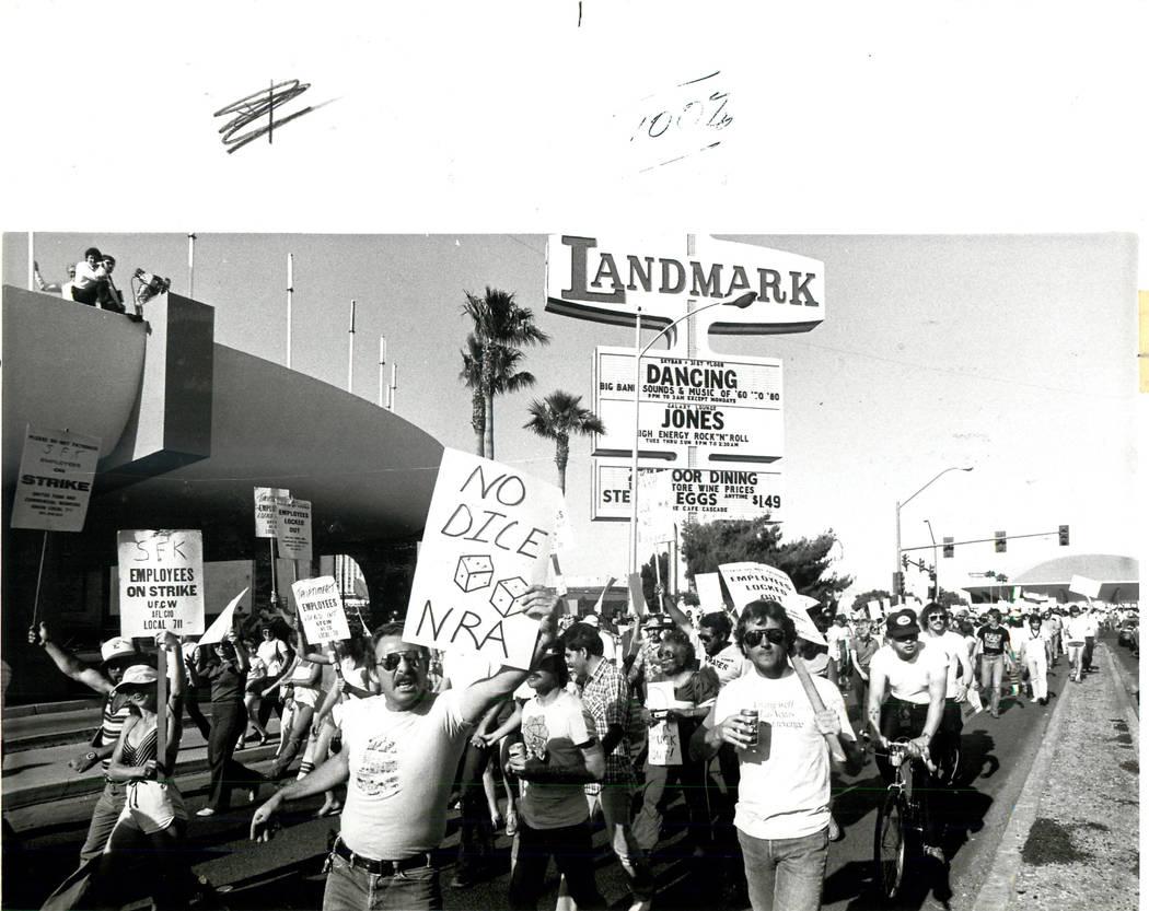 Manifestantes sindicales frente al Landmark durante una huelga sindical culinaria en 1984. (Rene Germanier / Las Vegas Review-Journal)