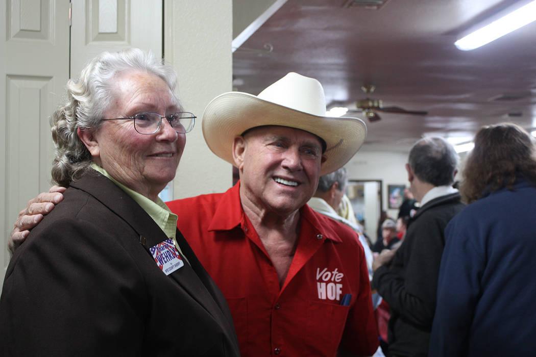 La Alguacil del condado de Nye, Sharon Wehrly, a la izquierda, aparece en la foto con el empresario de Nevada: Dennis Hof, el 10 de marzo. Robin Hebrock / Pahrump Valley Times
