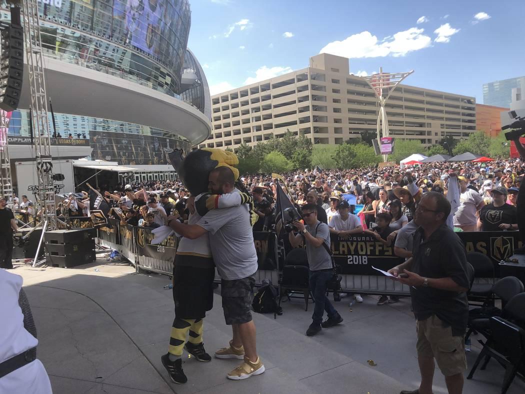"""Wayne """"Big D"""" Danielson y Chance, el abrazable monstruo gila, después de la victoria de Los Golden Knights 2 a 1 el domingo sobre los Jets de Winnipeg para hacerse con las Finales de la Conferenc ..."""
