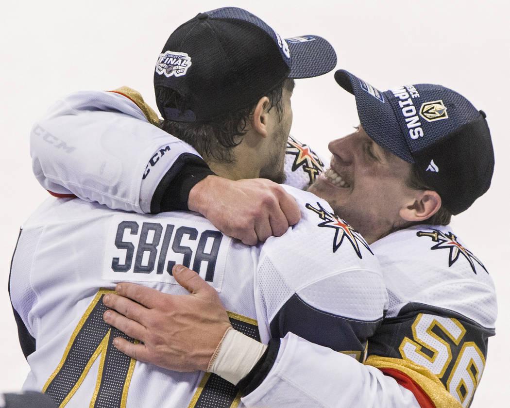 El ala izquierda de los Golden Knights: Erik Haula (56), abraza a su compañero de equipo, Luca Sbisa (47), luego de que Las Vegas derrotara a los Jets de Winnipeg 2 a 1 para avanzar a las finales ...