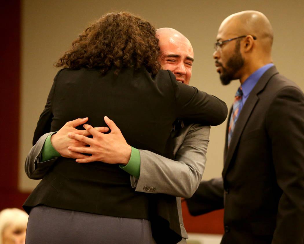 Joshua Honea, un ex explorador de la policía de Las Vegas, reacciona con sus abogados, Monique McNeill y Jonathan MacArthur, durante su sentencia en el Centro de Justicia Regional el lunes 21 de ...