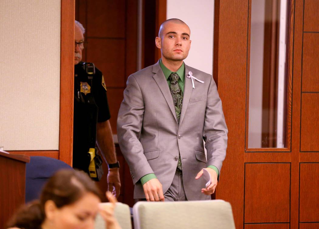 El ex explorador de la policía de Las Vegas: Joshua Honea, ingresa a la sala del tribunal en el Centro de Justicia Regional el lunes 21 de mayo de 2018, por su sentencia por agresión sexual cont ...