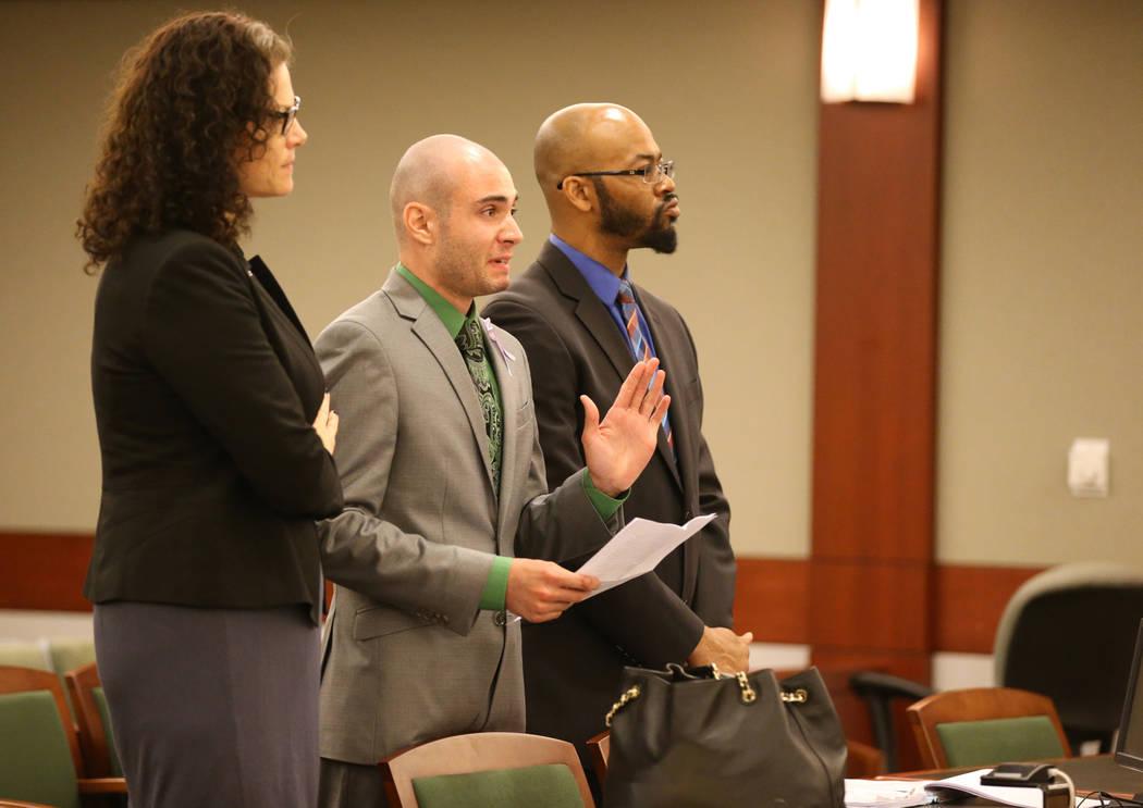 El ex explorador policial de Las Vegas: Joshua Honea, en el centro, lee una declaración con sus abogados, Monique McNeill y Jonathan MacArthur, antes de ser sentenciado en el Centro de Justicia R ...