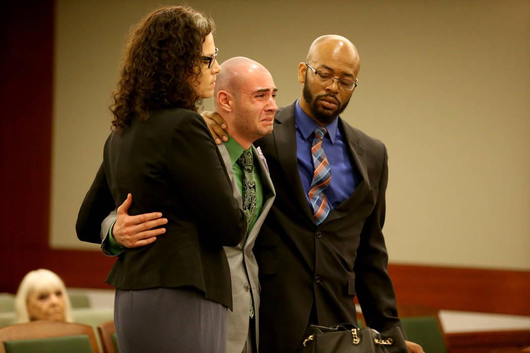 El ex explorador de la policía de Las Vegas: Joshua Honea, centro, se conmociona con sus abogados, Monique McNeill y Jonathan MacArthur, antes de ser sentenciado en el Centro de Justicia Regional ...