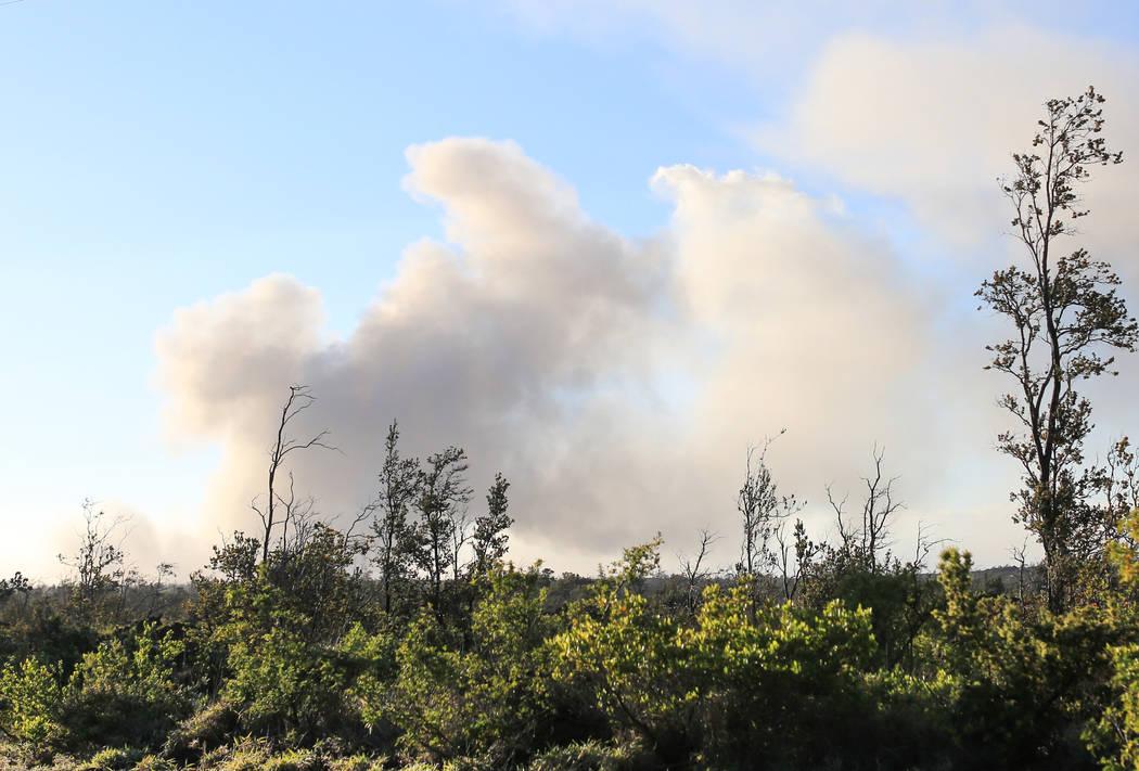 Una pluma de ceniza se eleva desde la cima de Kilauea en Hawai, el lunes 21 de mayo de 2018. Aunque el área afectada de las erupciones en curso es pequeña, algunos hoteles han tenido cancelacion ...