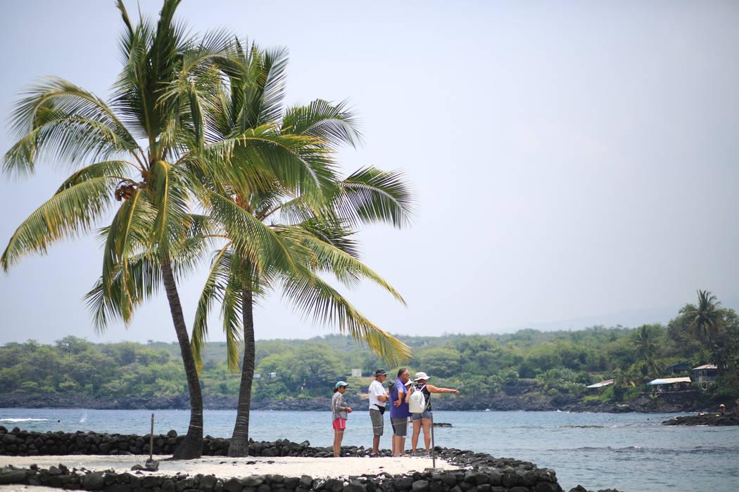 La gente visita el Parque Histórico Nacional Pu'uhonua O Honaunau en Hawai, el lunes 21 de mayo de 2018. Aunque el área afectada de las erupciones en curso es pequeña, algunos hoteles han tenid ...