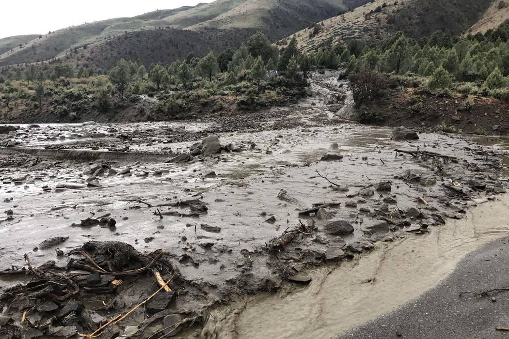 Un deslave de lodo ha cerrado la autopista estadounidense 395 en el lago Topaz, justo al norte de la frontera de Nevada y California en el norte de Nevada, el martes 22 de mayo de 2018. (Comando N ...