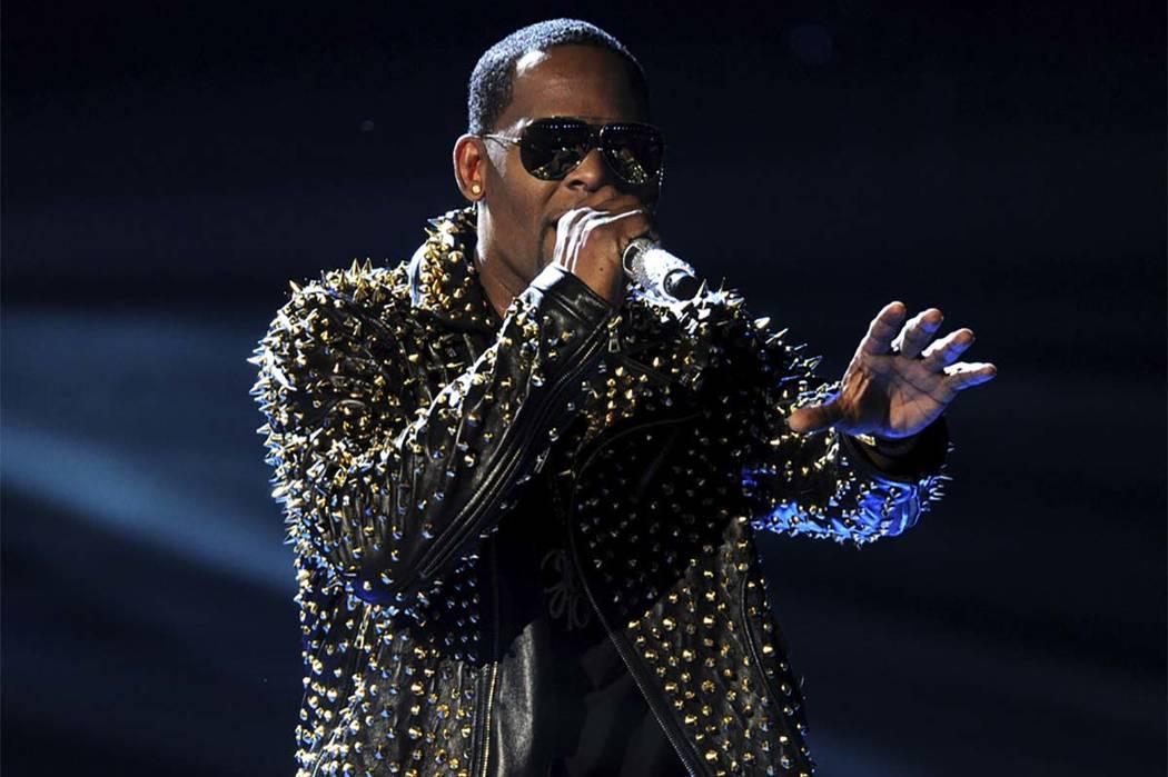 En esta foto de archivo del 30 de junio de 2013, R. Kelly canta en el escenario en los Premios BET en el Nokia Theatre en Los Ángeles. Una mujer presentó una demanda el lunes 21 de mayo de 2018 ...