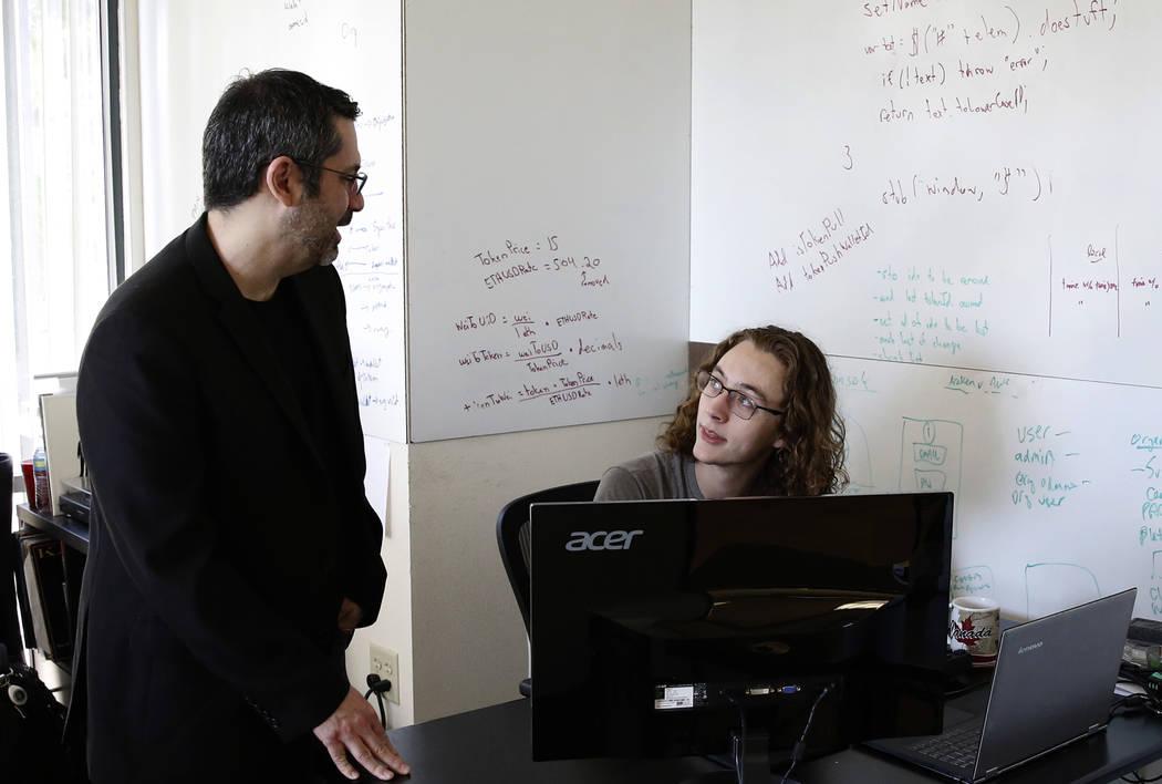 Rick Duggan, a la izquierda, CEO de Concierge Software Design, conversa con Triston Jones, ingeniero senior de software, en su oficina de Las Vegas el viernes 18 de mayo de 2018. Bizuayehu Tesfaye ...