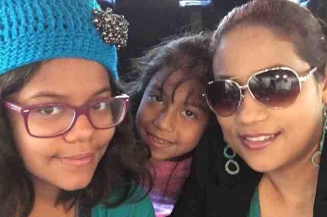 María Hernández, a la derecha, posa para una foto con sus hijas, Jackeline, izquierda, y Camila, centro. Hernández resultó gravemente herido el 1 de mayo de 2017, luego de que un supuesto cond ...