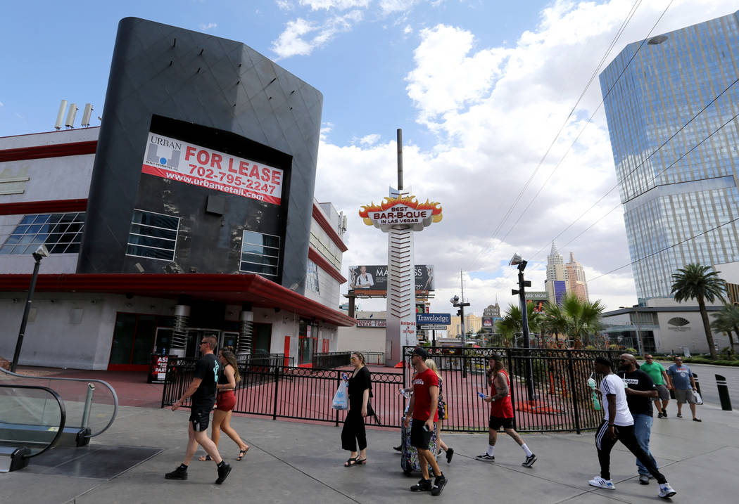 La gente camina en el Strip cerca de la Avenida Harmon pasando una propiedad de 16 acres que está a la venta el martes 22 de mayo de 2018. K.M. Cannon Las Vegas Review-Journal @KMCannonPhoto