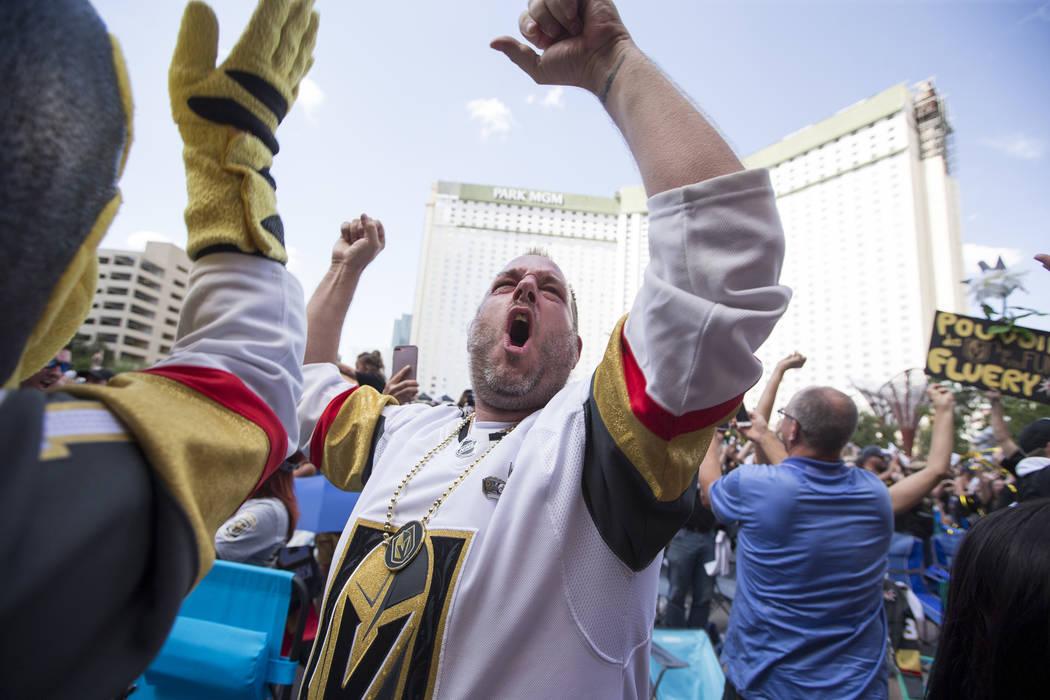Los fans de los Golden Knights celebran después de que los Caballeros derrotaran a los Jets de Winnipeg 2 a 1 durante una fiesta de observación para el Juego 5 de las Finales de la Conferencia O ...