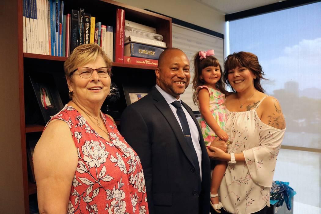 Mary Duda, izquierda, Dr. Charles St. Hill, Faith Duda y Katie Duda en las oficinas del Departamento de Cirugía de la UNLV en Las Vegas, martes, 22 de mayo de 2018. Madelyn Reese / Las Vegas Revi ...