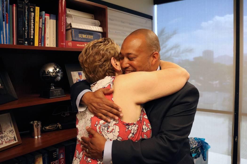 Mary Duda abraza al Dr. Charles St. Hill en las oficinas del Departamento de Cirugía de la UNLV en Las Vegas, el martes 22 de mayo de 2018. St. Hill realizó la oncología pancreatoduodenal de Du ...