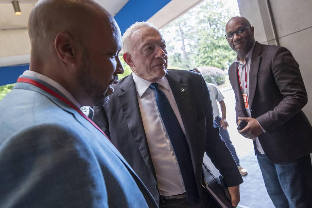 El propietario de los Dallas Cowboys, Jerry Jones, llega a la reunión de primavera de la NFL en el Hotel Whitley el martes 22 de mayo de 2018 en Atlanta. (Imágenes de Paul Abell / AP para la NFL)