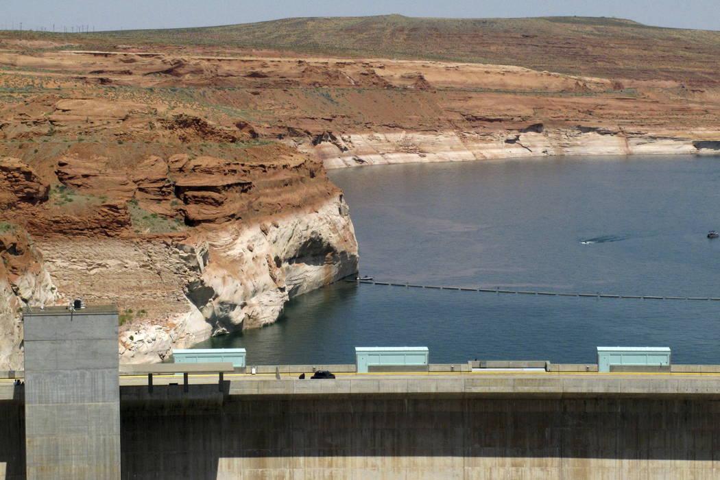 El lago Powell, detrás de Glen Canyon Dam, se ve cerca de Page, Arizona. (Felicia Fonseca / AP, archivo)