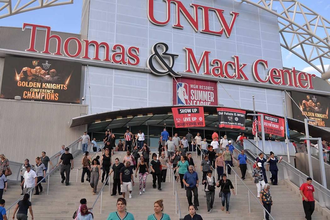 Trabajadores salen del coso universitario, luego de votar para respaldar el emplazamiento a huelga. Martes 22 de mayo de 2018, en el Thomas And Mack Center. (Foto Frank Alejandre / El Tiempo
