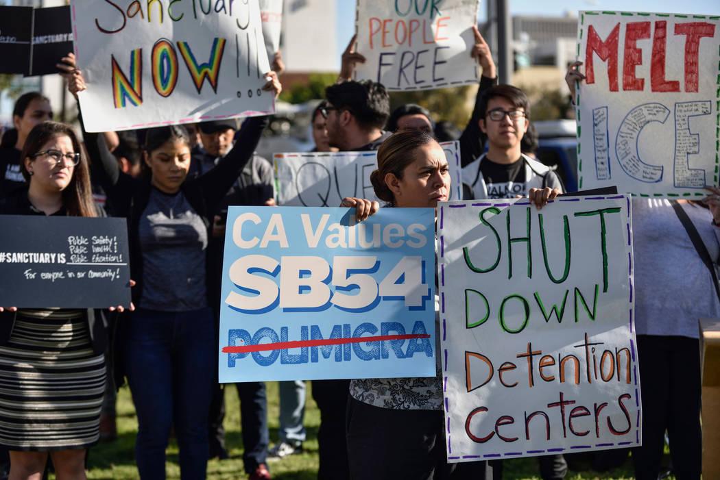 ARCHIVO - En esta foto de archivo del 27 de marzo de 2018, un grupo de simpatizantes del santuario se reúnen fuera de la reunión de la Junta de Supervisores del Condado de Orange en Santa Ana, C ...