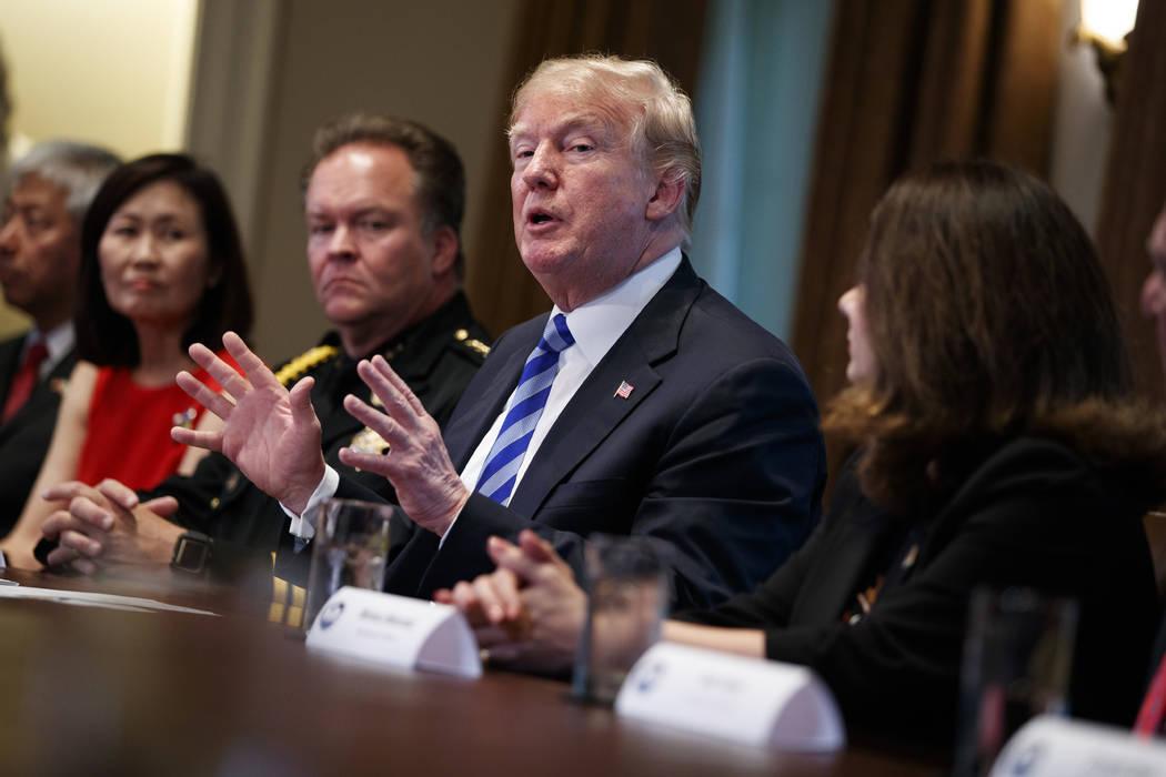 El presidente Donald Trump habla durante una mesa redonda sobre política de inmigración en California en el Salón del Gabinete de la Casa Blanca, el miércoles 16 de mayo de 2018 en Washington. ...