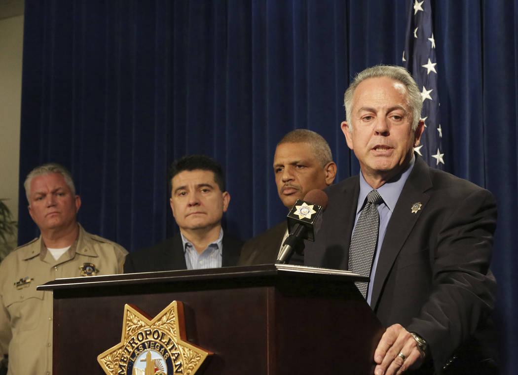 El alguacil Joe Lombardo, a la derecha, se encuentra con el subjefe Christopher Darcy, izquierda, el teniente John Leon y el capitán Robert Plummer para discutir los detalles de una investigació ...