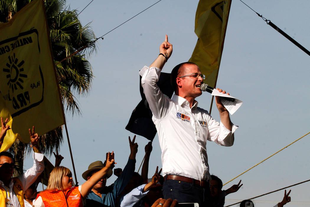 México, 29 May 2018 (Notimex- Javier Lira).- El candidato de la coalición Por México al Frente a la Presidencia de la República, Ricardo Anaya Cortés, encabezó un mitin en Valle de Chalco, E ...