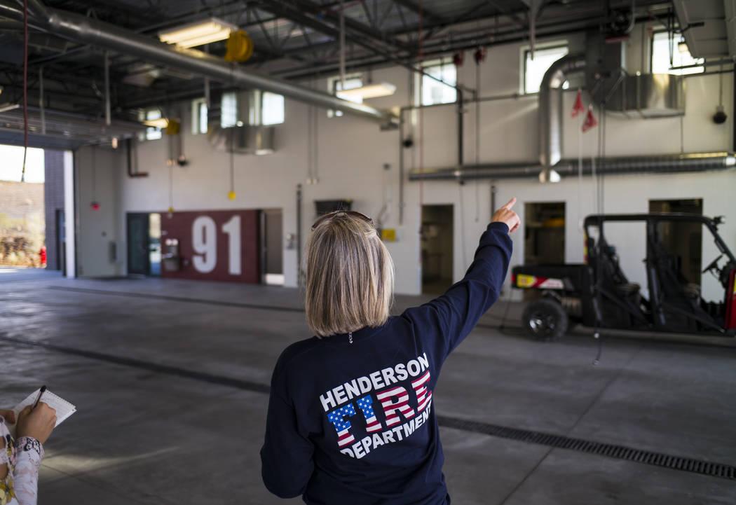 La portavoz del Departamento de Bomberos de Henderson, Kathleen Richards, habla sobre la bahía de los aparatos durante una visita a la Estación de Bomberos 91 en Henderson el viernes 10 de novie ...