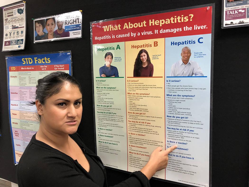 Reyna Herrera, del Distrito de Salud del Sur de Nevada, muestra un cartel con información de la hepatitis, el 22 de mayo del 2018. Foto Valdemar González / El Tiempo - Contribuidor.