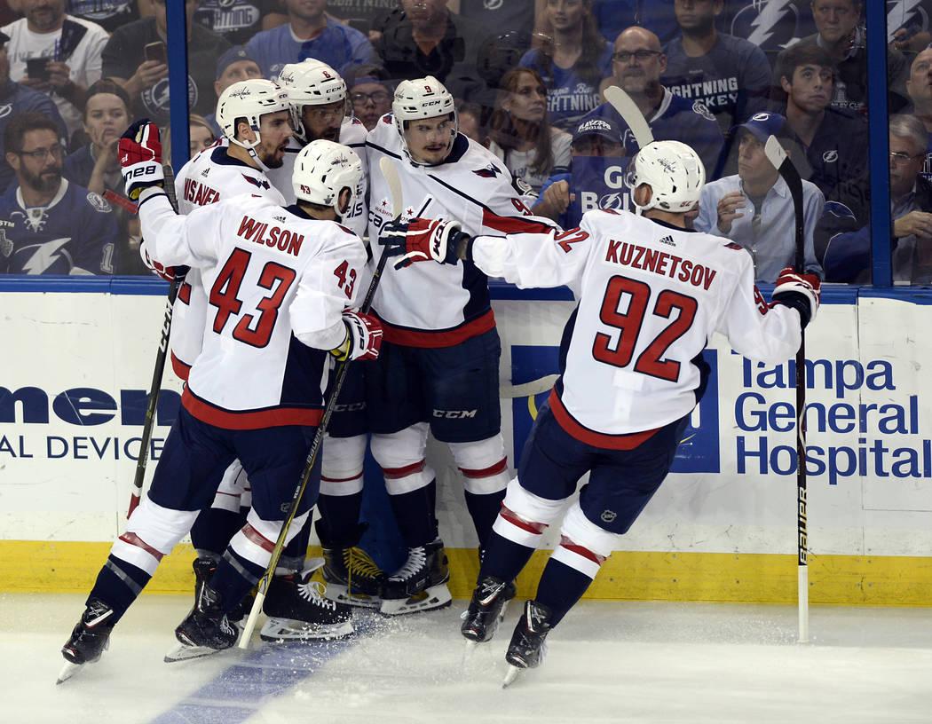 Los jugadores de los Washington Capitals celebran un gol contra el Tampa Bay Lightning durante el primer período del Juego 7 de la serie de playoffs de hockey final de la Conferencia Este de la N ...