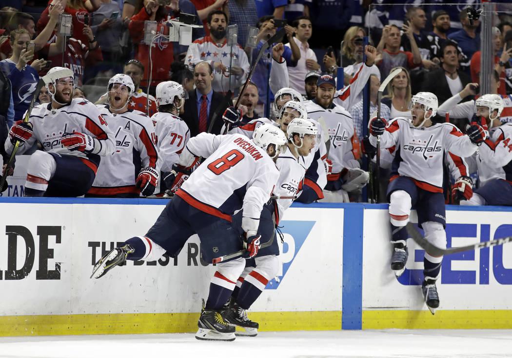 Los Washington Capitals, incluido el ala izquierda Alex Ovechkin (8), celebran después de derrotar al Tampa Bay Lightning en el Juego 7 de la serie de playoffs de hockey final de la Conferencia E ...