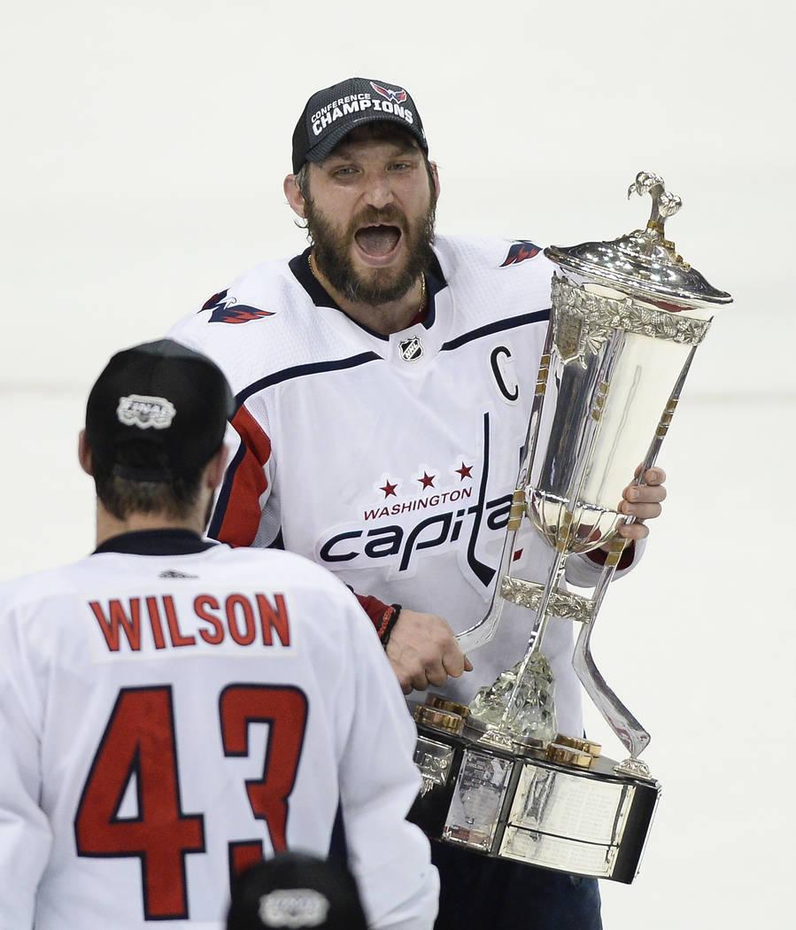 El ala derecha de los Washington Capitals, Tom Wilson (43) mira como el ala izquierda, Alex Ovechkin, celebra mientras sostiene el trofeo Príncipe de Gales después de que los Capitales derrotaro ...