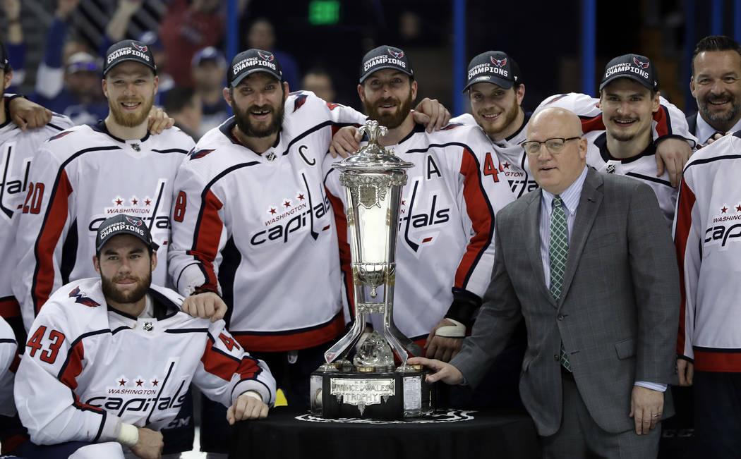 El comisionado adjunto de la NHL, Bill Daly, posa con los miembros del trofeo Washington Capitals y el Príncipe de Gales después de que los Capitals derrotaron al Tampa Bay Lightning 4 a 0 duran ...