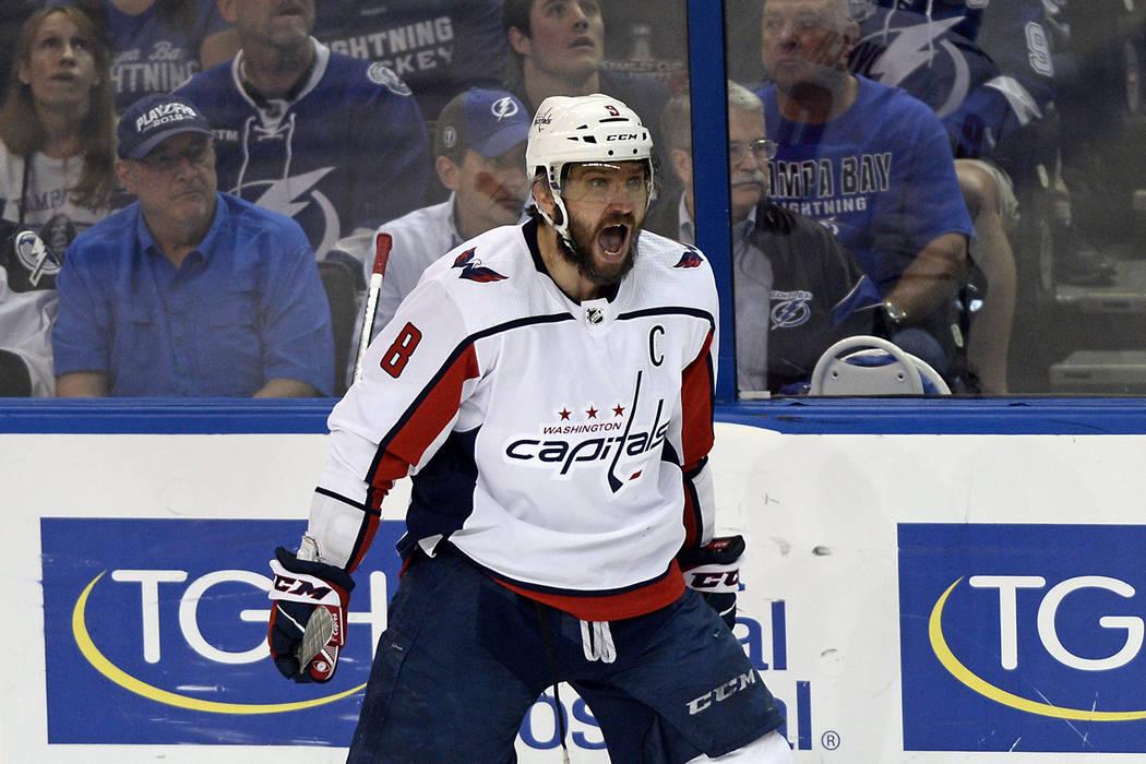 El ala izquierda de los Washington Capitals, Alex Ovechkin, celebra un gol contra los Tampa Bay Lightning durante el primer periodo del Juego 7 de la serie de playoffs de finales de la Conferencia ...