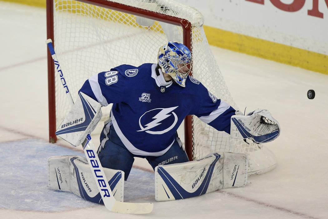 El portero de Tampa Bay Lightning, Andrei Vasilevskiy, desvía un tiro de los Washington Capitals durante el primer período del Juego 7 de la serie de playoffs de hockey final de la Conferencia E ...