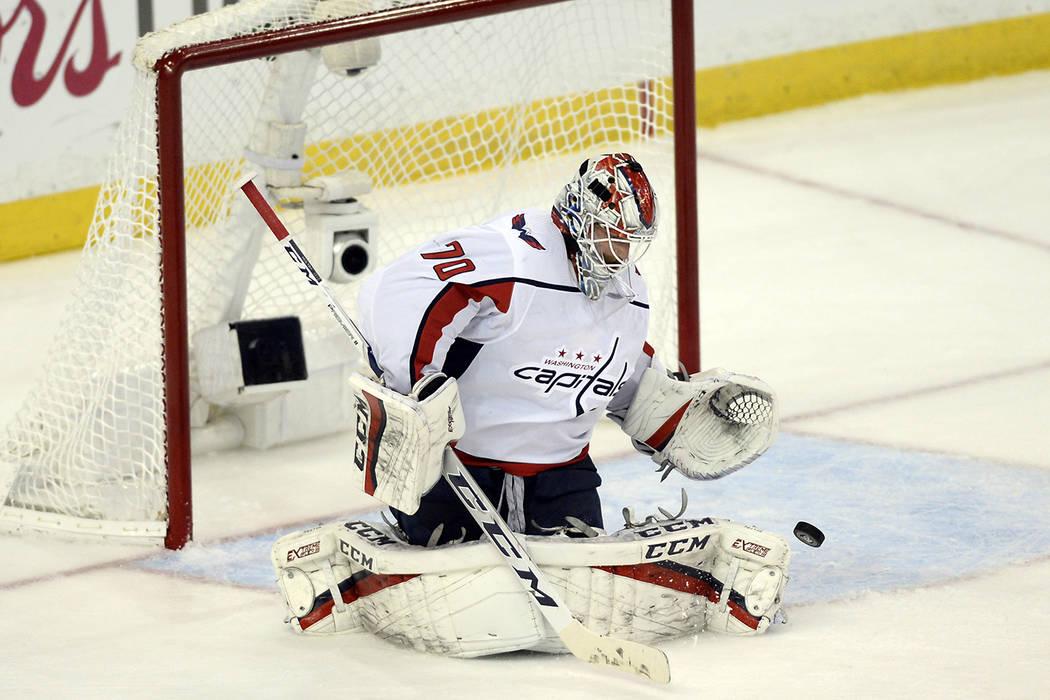El portero de los Washington Capitals, Braden Holtby bloquea un lanzamiento de los Tampa Bay Lightning durante el primer período del Juego 7 de la serie de playoff de hockey final de la Conferenc ...