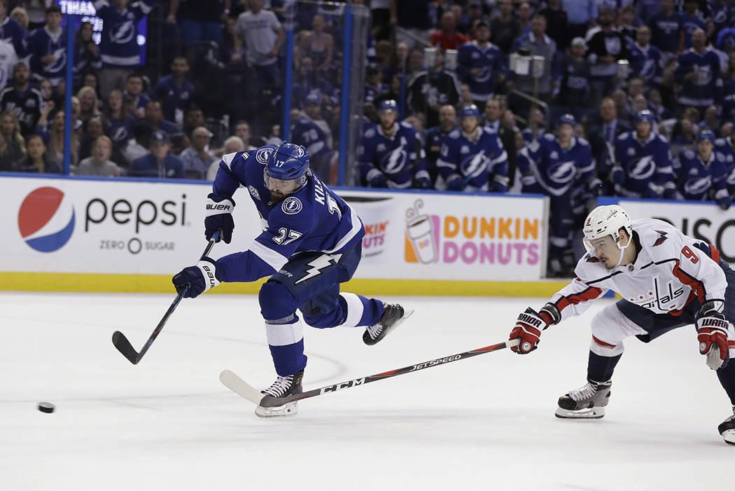 El ala izquierda de los Tampa Bay Lightning, Alex Killorn, izquierda, toma un tiro al enfrentar al defensa Dmitry Orlov de los Washington Capitals durante el segundo periodo del Juego 7 de la seri ...