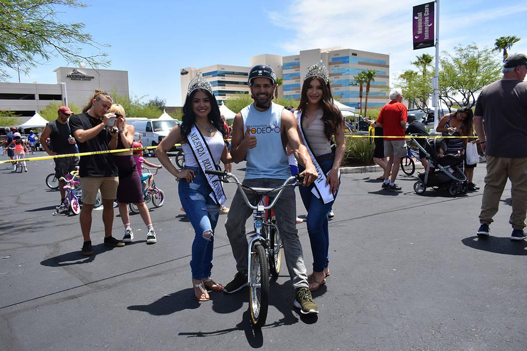 El corredor de BMX, Ricardo Laguna, y su equipo también exhortaron a los niños a usar casco. Sábado 19 de mayo de 2018 en hospital Mountain View. Foto Anthony Avellaneda / El Tiempo.