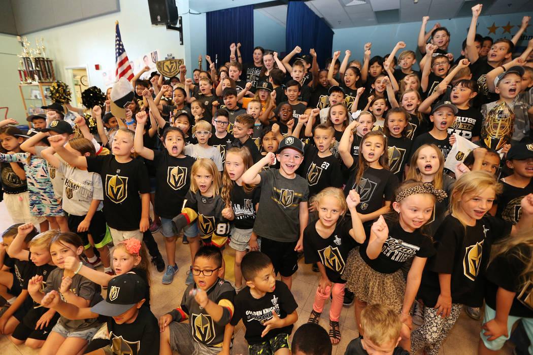 Los estudiantes de la Escuela Primaria John Bonner demuestran su apoyo a los Vegas Golden Knights usando los colores del equipo durante la escuela en Las Vegas, el jueves 24 de mayo de 2018. Erik ...