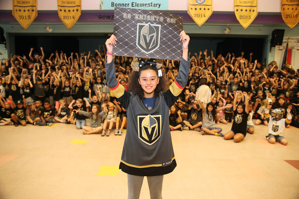 Jade Douglass, de 11 años, muestra su apoyo a Vegas Golden Knights vistiendo los colores del equipo durante la escuela en Las Vegas, el jueves 24 de mayo de 2018. Erik Verduzco Las Vegas Review-J ...