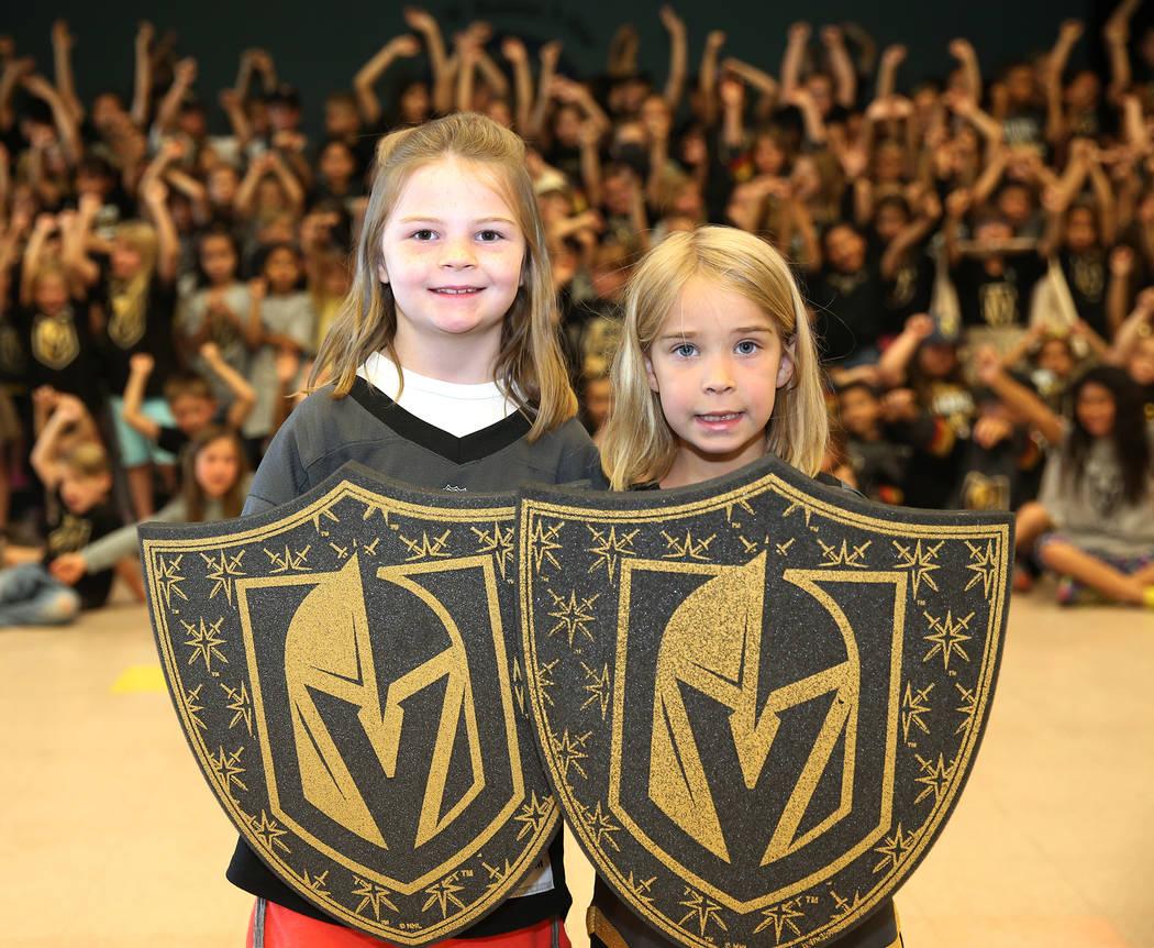 Harper Oduyk, 6, y Elon Sogge, 7, muestran su apoyo a los Vegas Golden Knights usando los colores del equipo durante la escuela en Las Vegas, el jueves 24 de mayo de 2018. Erik Verduzco Las Vegas ...