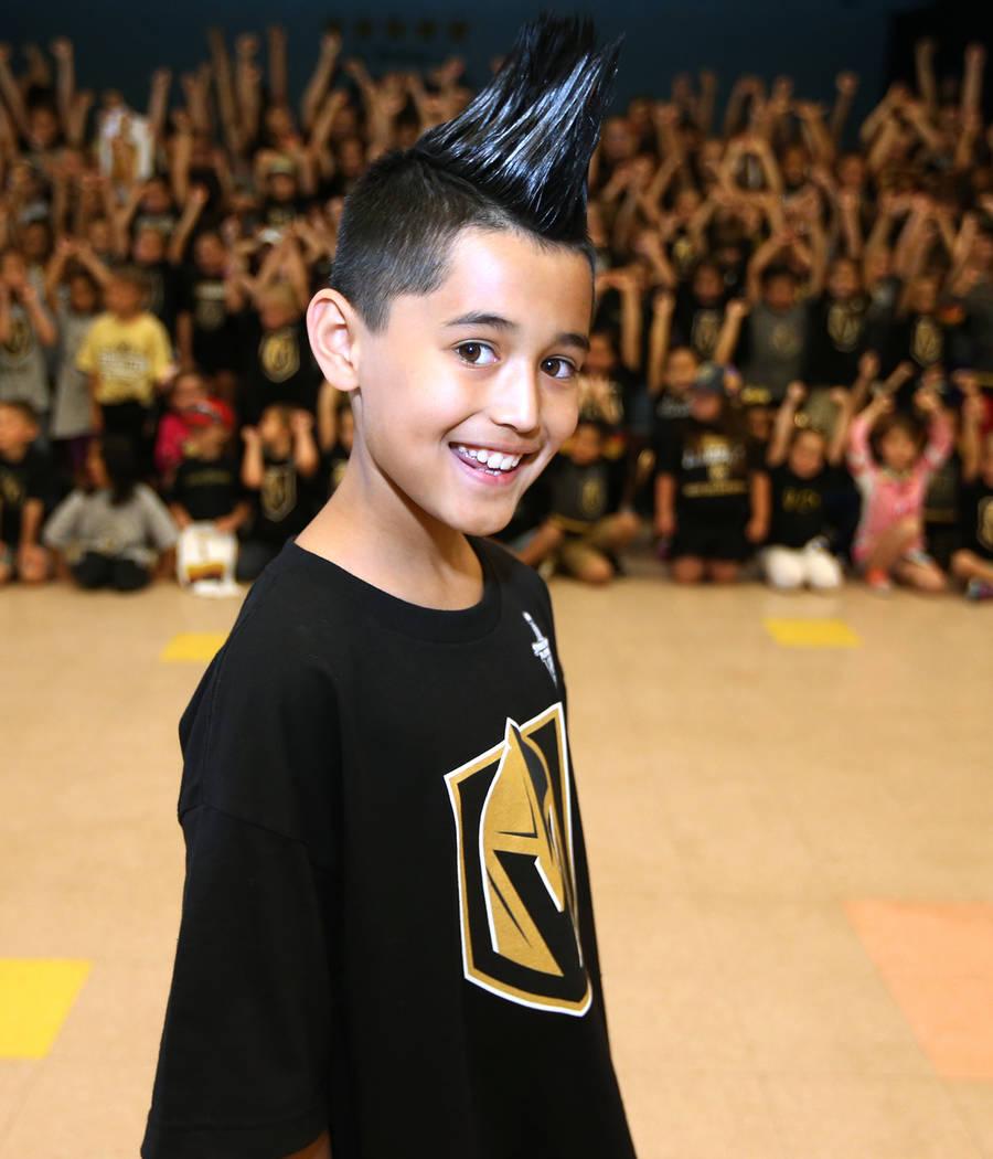 Massimo Sánchez, de 10 años, muestra su apoyo a Vegas Golden Knights vistiendo los colores del equipo durante la escuela en Las Vegas, el jueves 24 de mayo de 2018. Erik Verduzco Las Vegas Revie ...
