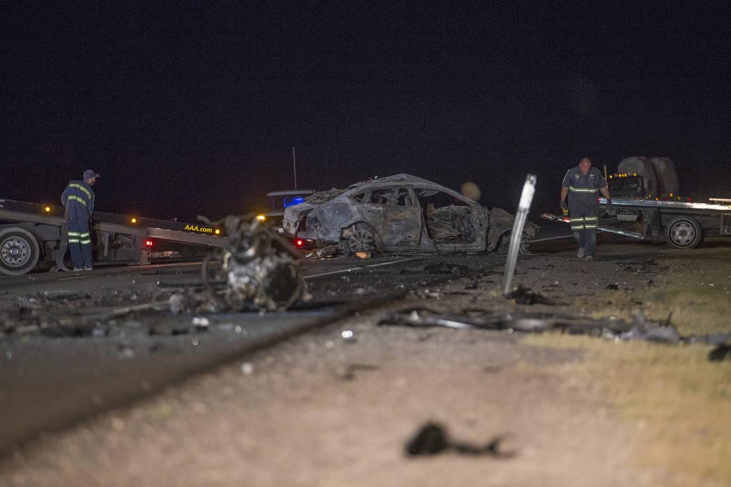 El Nissan en dirección norte que quedó totalmente envuelto en llamas tras la colisión en la carretera estadounidense 95, cerca del valle de Amargosa en el condado de Nye, el domingo 20 de mayo ...