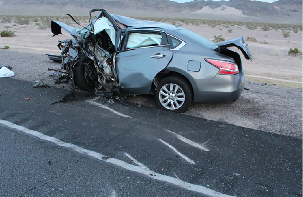 Se muestra un vehículo después de un accidente múltiple en la carretera US 95, cerca del valle Amargosa en el condado de Nye, el domingo 20 de mayo de 2018. (Nevada Highway Patrol)