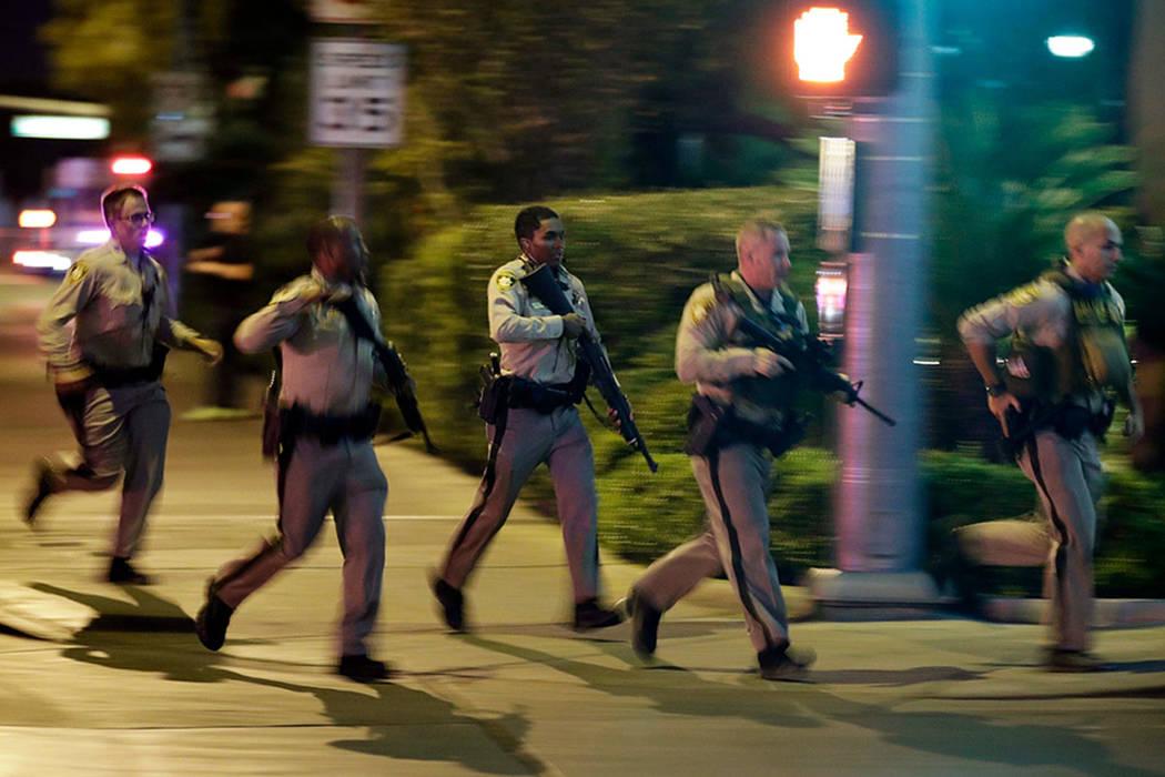 La policía de Las Vegas corre hacia la escena de un tiroteo masivo cerca de Mandalay Bay en Las Vegas Strip el 1 de octubre de 2017. (John Locher / AP)