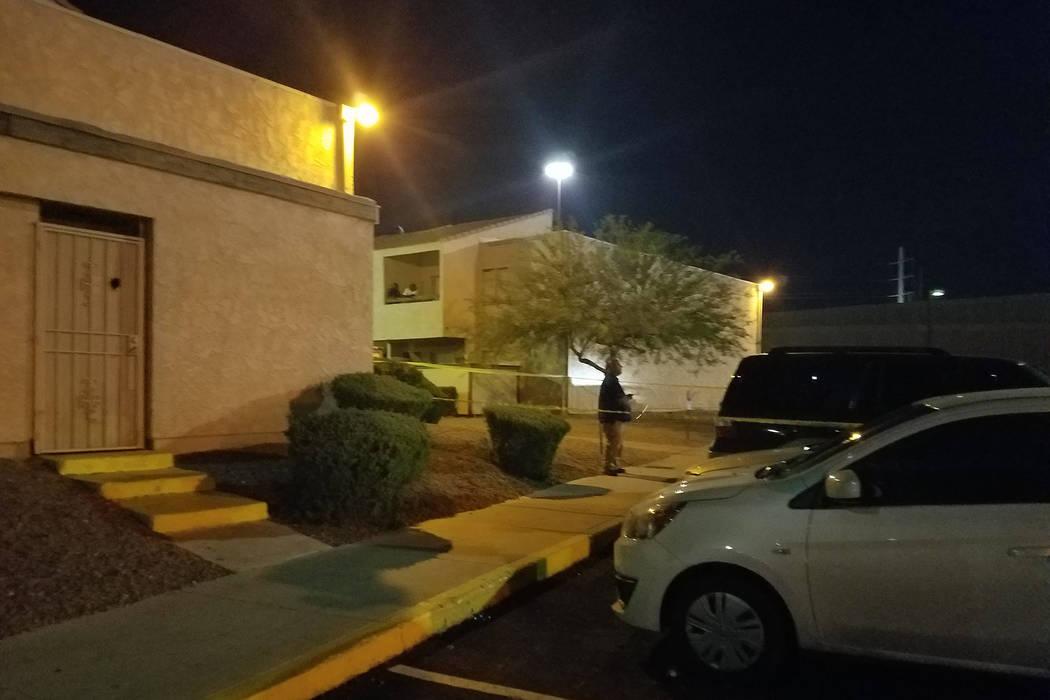 La policía de Las Vegas investiga un homicidio en la cuadra 100 de Martin Luther King Boulevard, cerca de Bonanza Road, el jueves 24 de mayo de 2018. (Mike Shoro / Las Vegas Review-Journal)