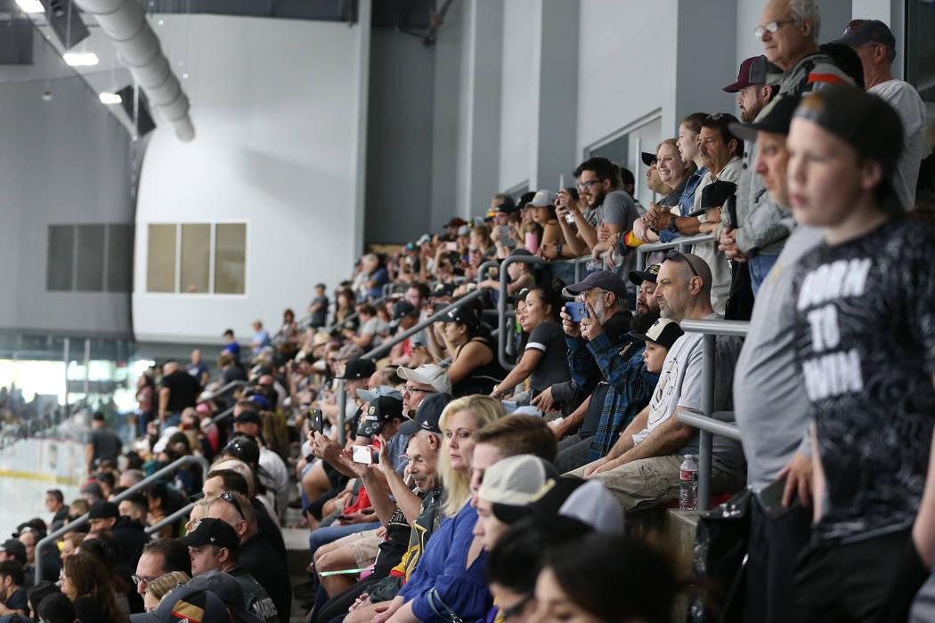 Los fanáticos asisten a la práctica de Vegas Golden Knights en City National Arena en Las Vegas, el jueves 24 de mayo de 2018. Erik Verduzco Las Vegas Review-Journal @Erik_Verduzco