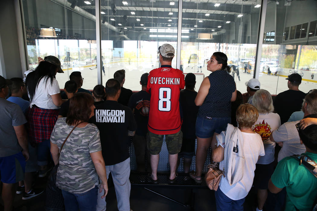 Personas como el fan de los Capitals, Todd Staub de Las Vegas, en el centro, asiste a la práctica Vegas Golden Knights en City National Arena en Las Vegas, el jueves 24 de mayo de 2018. Erik Verd ...