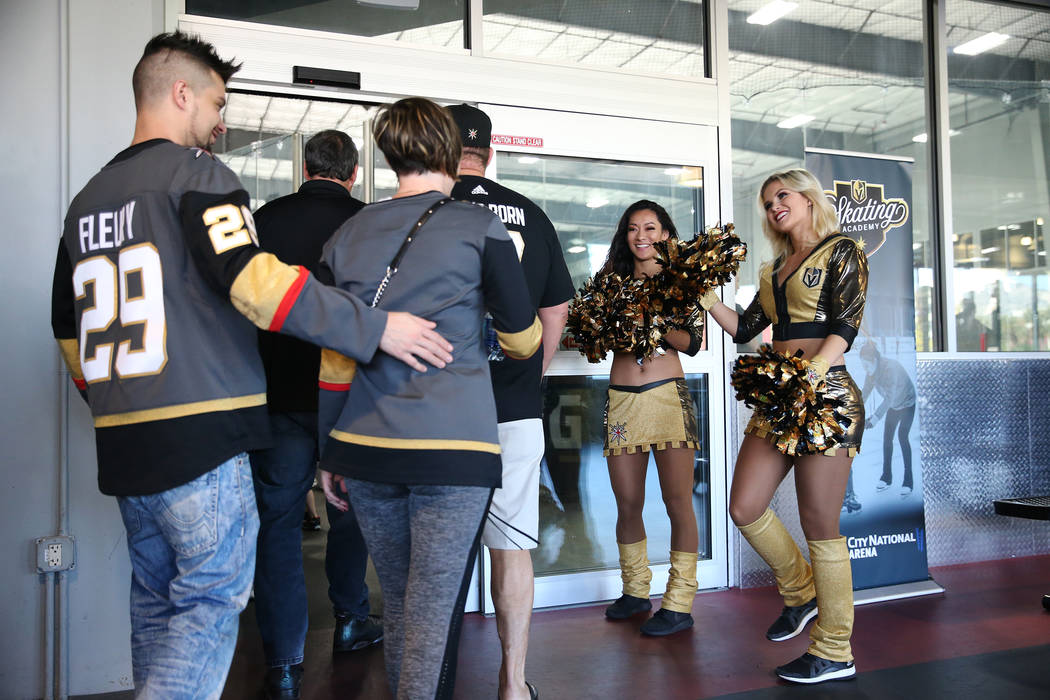Golden Aces: Maria Martucci, izquierda, y Taylor Norton saludan a los fanáticos de la práctica de Vegas Golden Knights en City National Arena en Las Vegas, el jueves 24 de mayo de 2018. Erik Ver ...