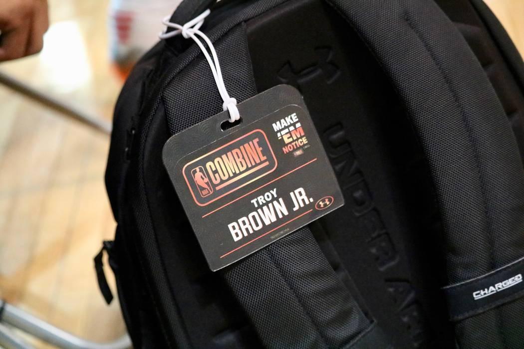 La etiqueta de Troy Brown Jr. de la reciente combinación de la NBA en Chicago todavía cuelga de su mochila en Impact Basketball en Las Vegas, el miércoles, 23 de mayo de 2018. Madelyn Reese / L ...