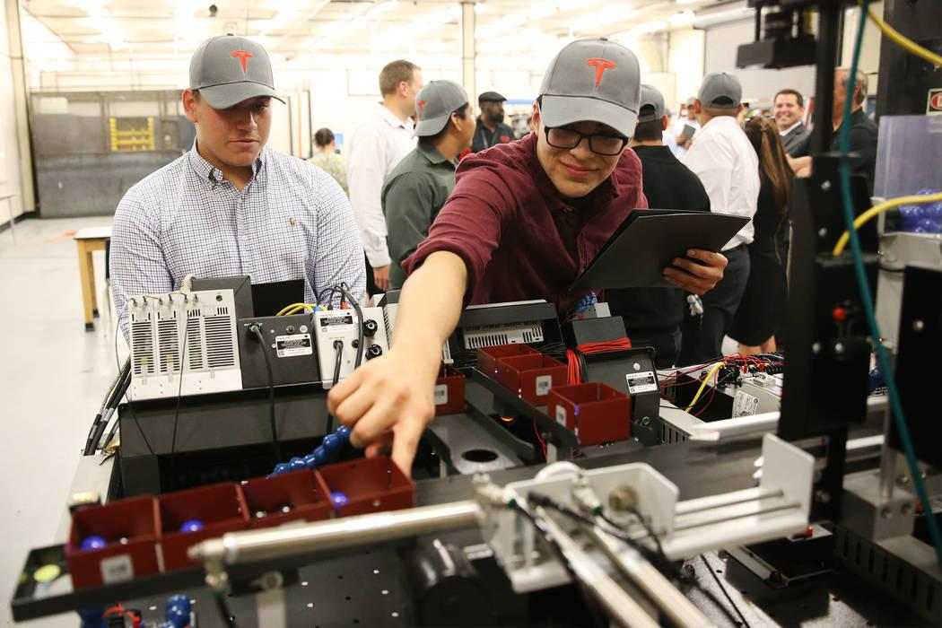 Kyle Snyder, izquierda, 18, y Sergio Guerrero, 17, muestran su trabajo en preparación para sus futuros trabajos trabajando en el Programa de Desarrollo de Manufactura Tesla a partir de agosto, en ...