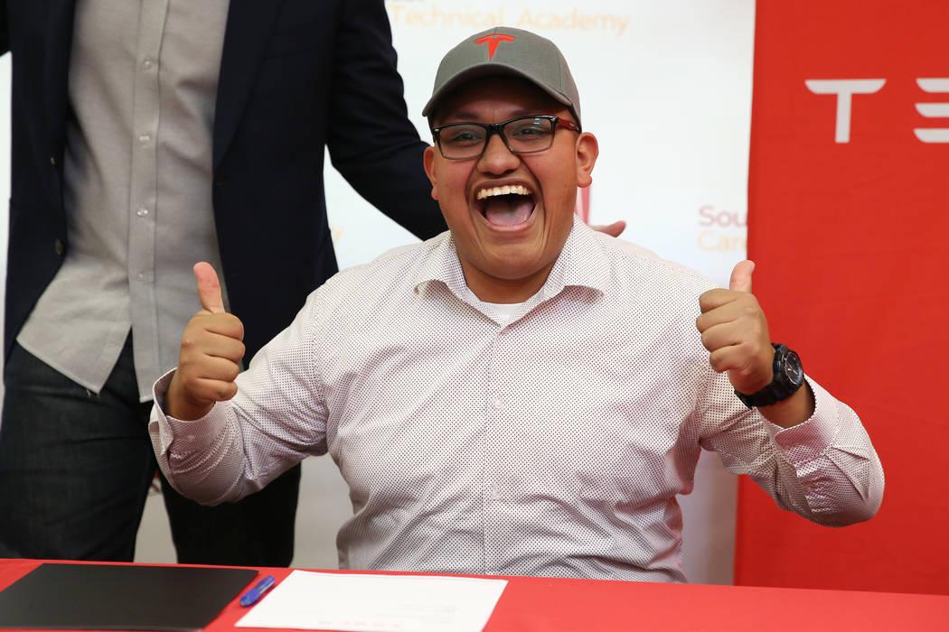 Alexis Sánchez reacciona después de firmar su intención de trabajar para el Programa de Desarrollo de Manufactura de Tesla a partir de agosto, durante una ceremonia en Southeast Career and Tech ...